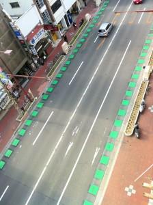 千舟町に突如現れた『自転車通行指導帯』
